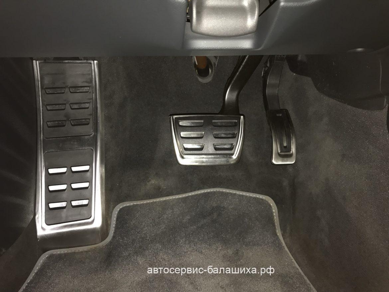 Audi A4 2012 установка накладок педалей и отдыха левой ноги.